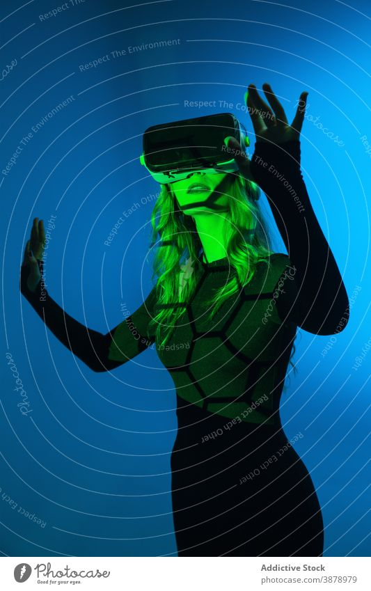 Anonyme junge Frau mit VR-Erfahrung Headset Technik & Technologie Gerät Virtuelle Realität modern Innovation Entertainment Video futuristisch Simulation
