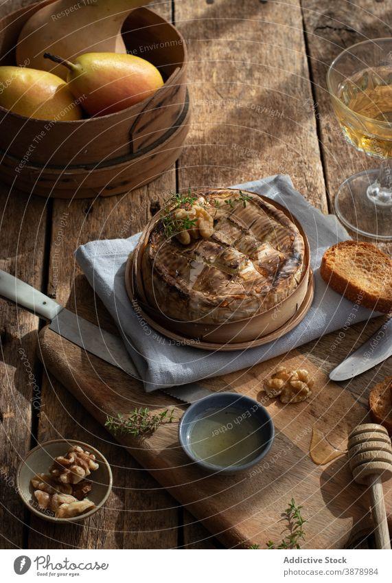 Gebackener Camembert auf Holztisch serviert Küchenkräuter lecker Holzplatte Tisch Kruste Baguette geschmackvoll geschmolzen Schimmelpilze organisch