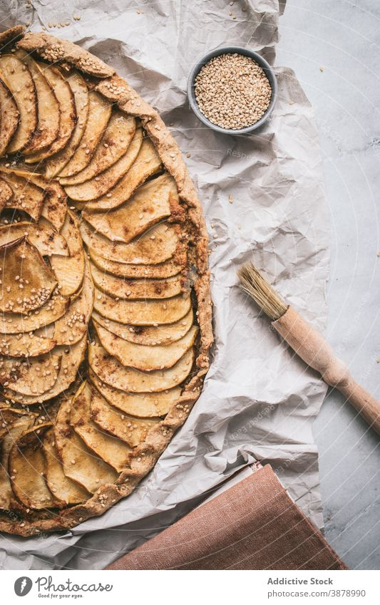 Apfel-Galette auf dem Tisch serviert Apfelgalette gekocht essbar Apfelkuchen Kruste Zucker Zimt Französisch gebacken geschmackvoll frisch Gesundheit Äpfel