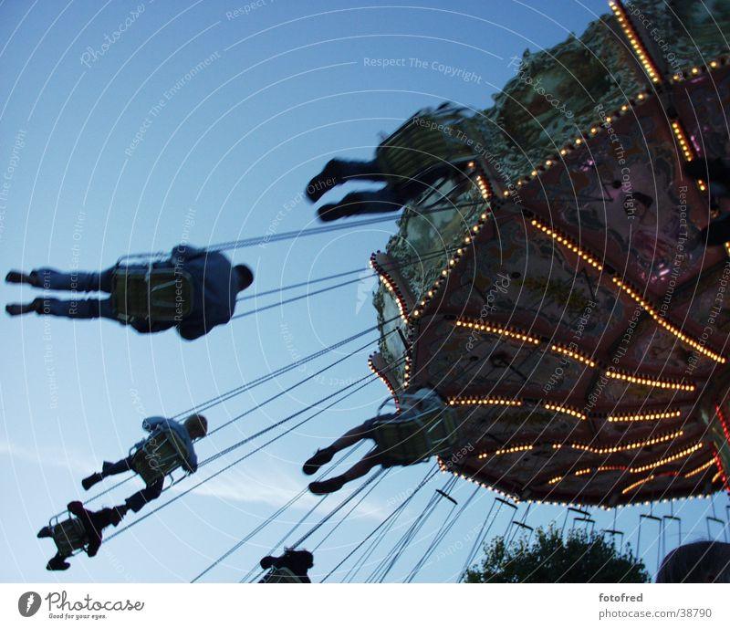 KettenKarussell Mensch Himmel blau Freude Feste & Feiern fliegen Freizeit & Hobby Jahrmarkt