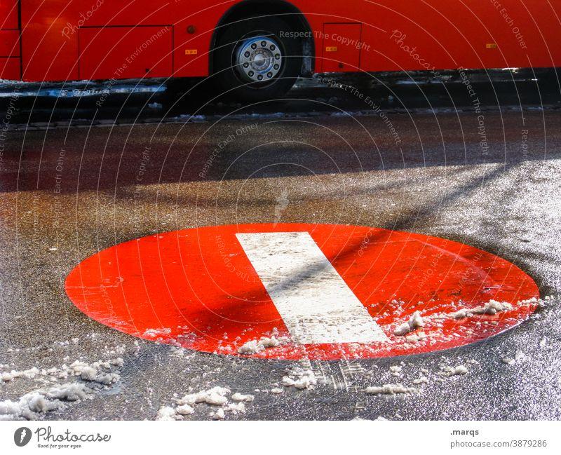 Busbahnhof Busfahren ÖPNV Mobilität rot Straße Verkehrszeichen Verbotsschild Öffentlicher Personennahverkehr Verkehrsmittel StVO Stadt Haltestelle