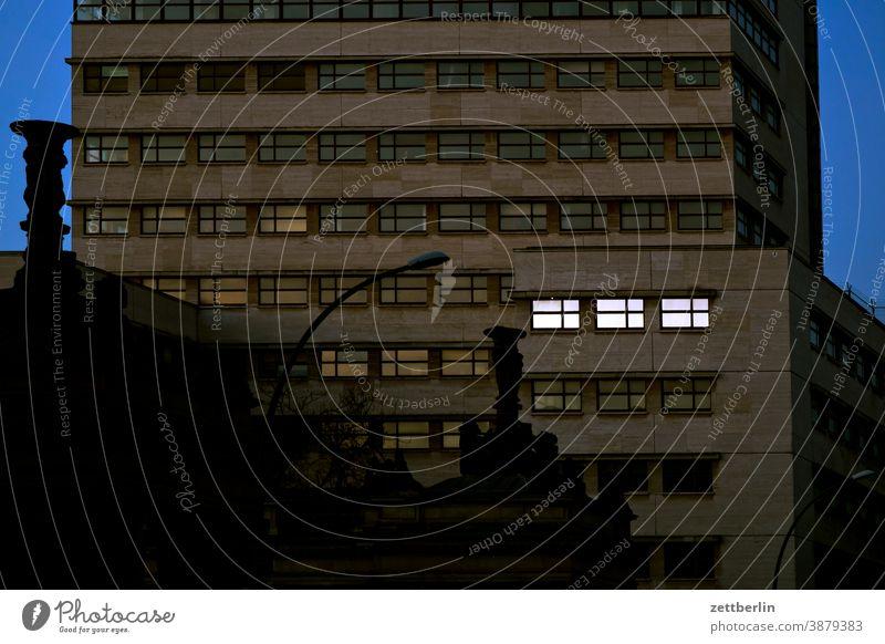 Königskolonnaden und Kathreinerhaus in Schöneberg berlin schöneberg hochhaus bauhaus fassade front fensterfront stockwerk etage modern kontrast baustil