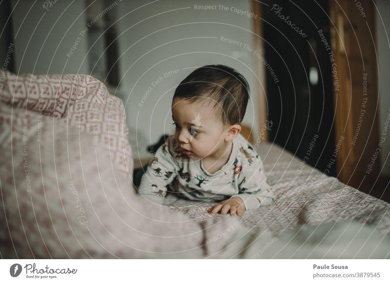 Kleinkind spielt auf dem Bett 0-09 Jahre Lifestyle anhänglich zu Hause authentisch fürsorglich lässig Kaukasier Kind Farbe Neugier Tag Bildung Genuss erkunden