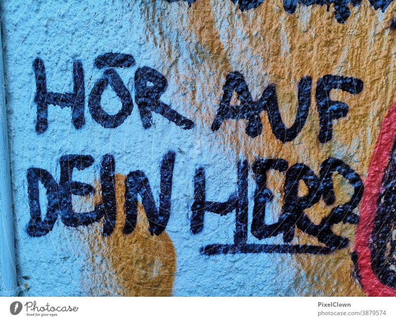 Graffiti blau Schriftzeichen Menschenleer Fassade Wand Kunst Jugendkultur Straßenkunst Wandmalereien Subkultur Schmiererei Buchstaben