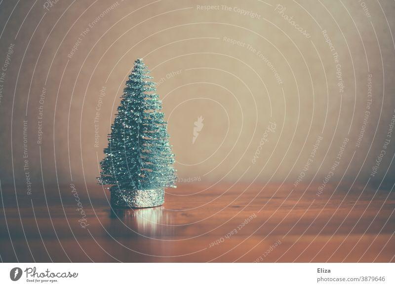 Kleine glitzernde Tannenbaumfigur. Weihnachten. Figur Glitzer schlicht dezent zart Dekoration weihnachtlich winterlich Weihnachtsdekoration Weihnachtsbaum