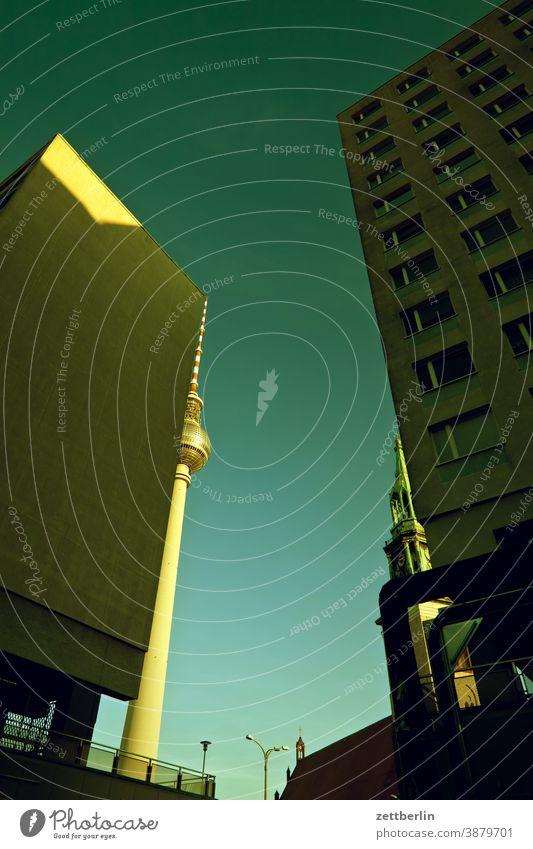 Fernsehturm, Marienkirche und namenlose Häuser in der Karl-Liebknecht-Straße alex alexanderplatz architektur berlin büro city deutschland fernsehturm