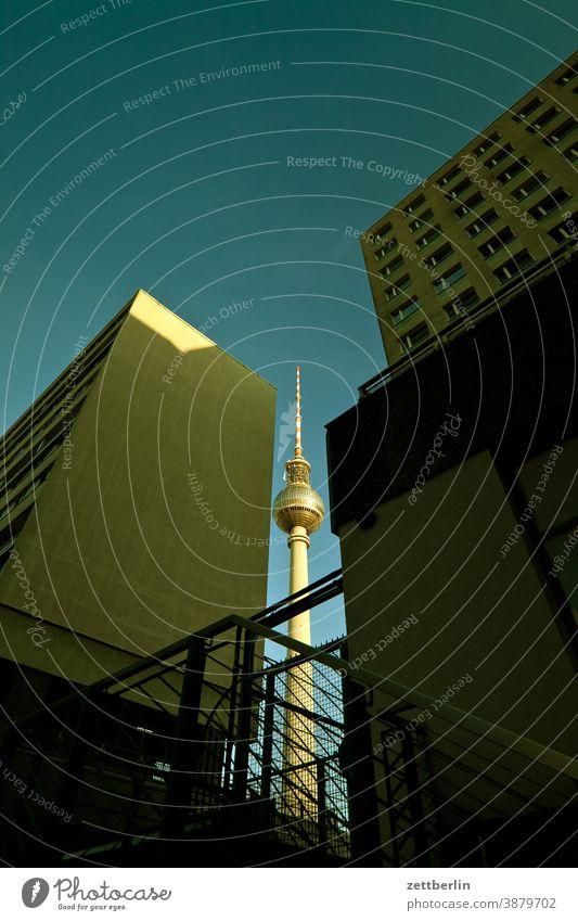 Fernsehturm zwischen anonymen Häusern alex alexanderplatz architektur berlin büro city deutschland fernsehturm froschperspektive hauptstadt haus himmel hochhaus