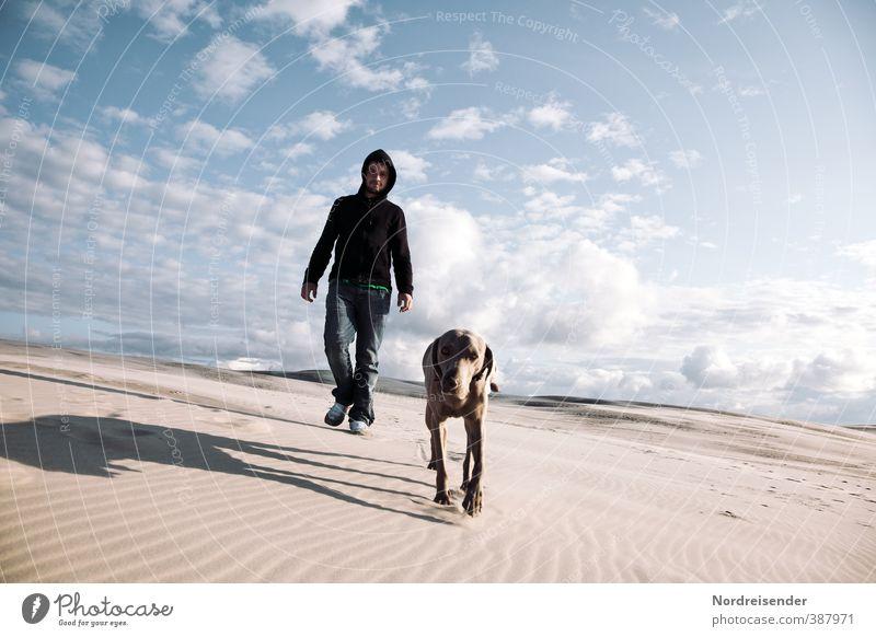 Mann mit Hund in einer Sandwüste Leben Jagd Ferien & Urlaub & Reisen Abenteuer wandern Mensch Erwachsene 18-30 Jahre Jugendliche Urelemente Himmel Sommer