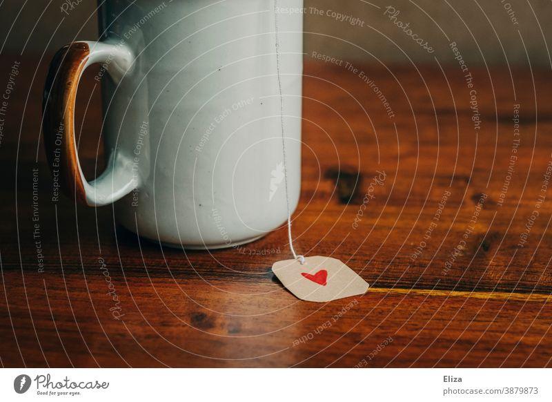 Teetasse mit einem Etikett eines Teebeutels auf deN ein kleines rotes Herz gemalt ist Liebe liebevoll Geschenk gemütlich Teetrinken Tasse Valentinstag Muttertag