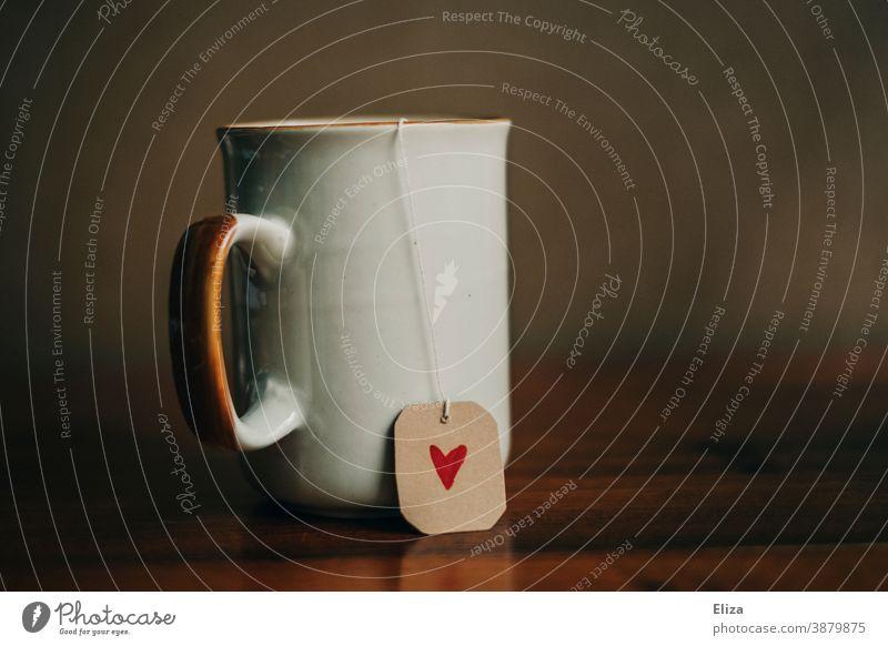Eine Tasse Tee mit einem Herz Teebeutel Etikett herzlich Liebe gemütlich Tee trinken Teeliebe entspannen genießen Genuss Teetrinken Teetasse Wohlbefinden rot