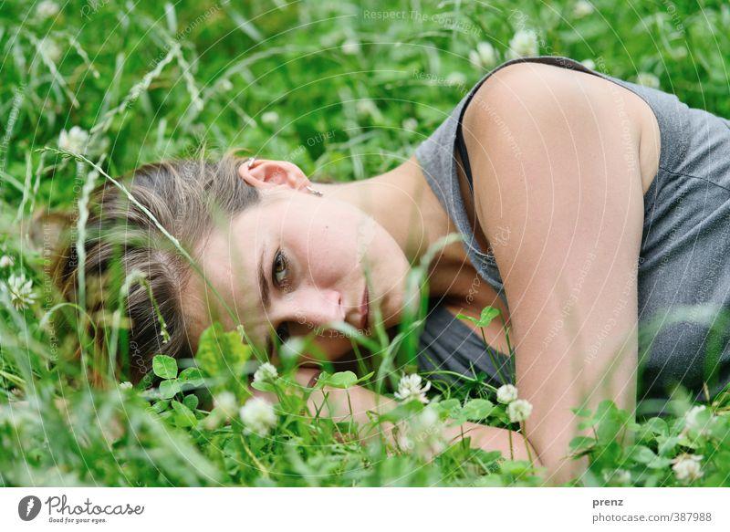 Entspannung Mensch feminin Junge Frau Jugendliche Erwachsene Kopf 1 18-30 Jahre Umwelt Natur Gras grau grün liegen Erholung Klee Wiese Sommer Farbfoto