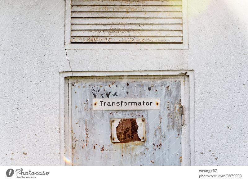 Ein Schild mit der Bezeichnung Transformator prangt an einer alten verwitterten Stahltür einer aufgegeben Trafostation altes Schild Schilder & Markierungen