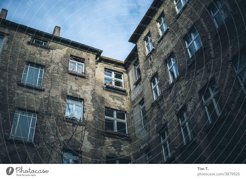 Ein Hinterhof in Berlin Prenzlauer Berg. Blick nach oben. Altbau Innenhof Haus Stadt Menschenleer Stadtzentrum Hauptstadt Altstadt Tag Fenster Außenaufnahme