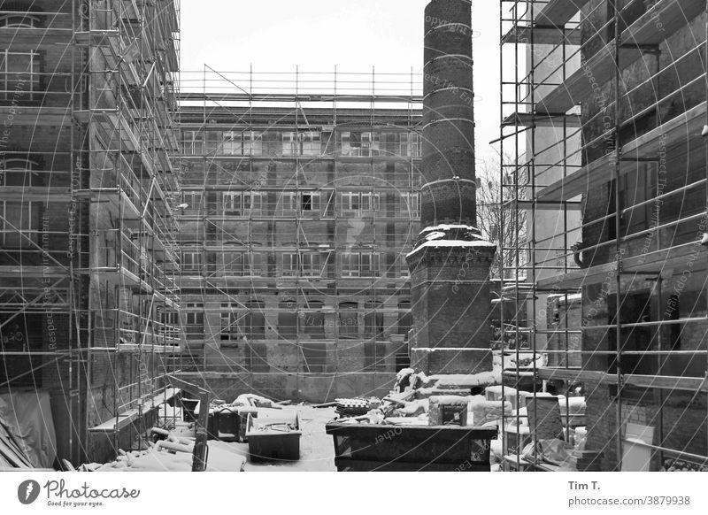 Hutfabrik in der Pappelallee im Winter. Der Hof mit Schornstein . Berlin hutfabrik pappelallee smokestack Prenzlauer Berg Stadt Stadtzentrum Hauptstadt Altstadt