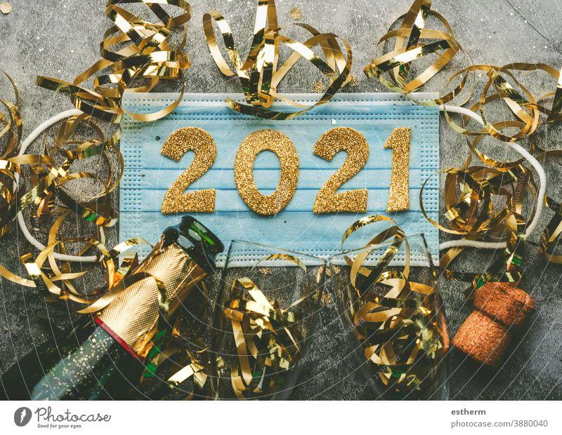 Hintergrund zum Konzept der Silvesterfeier: Medizinische Maske mit den Zahlen 2021 und Champagnerflasche mit Gläsern, Covid-19 Neujahrskonzept Weihnachten