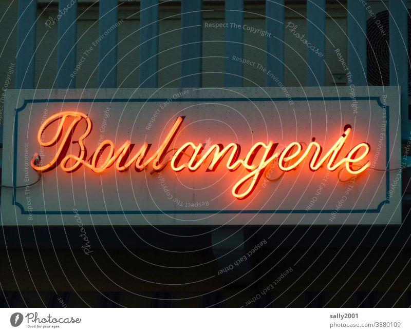 Bonjour... Bäckerei Boulangerie Schriftzug Buchstaben Fassade Schriftzeichen Schilder & Markierungen Leuchtreklame Leuchtröhre Frankreich Französisch Gebäude