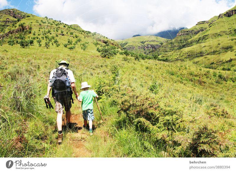 wandernde jungs II Hand in Hand wunderschön Kontrast Gras Familie fantastisch außergewöhnlich besonders Sohn gemeinsam Zusammensein Berge u. Gebirge Wolken Tag