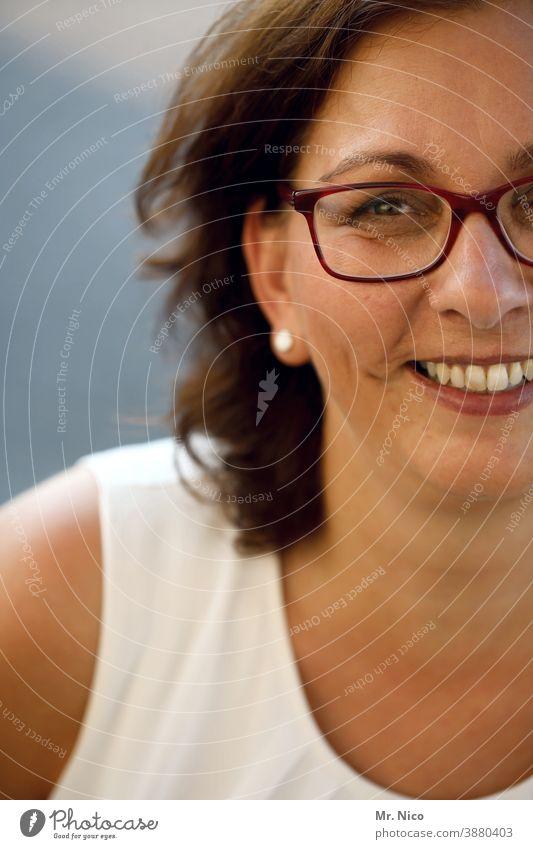 Lachen ist gesund Frau Porträt Gesicht feminin Auge Blick Mund Haare & Frisuren Nase lachen Freude Zähne Fröhlichkeit Glück Brille Oberkörper Lächeln