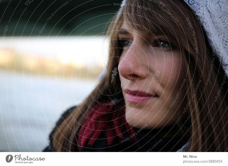 Winterblues Porträt feminin Mütze Haare & Frisuren Kopf Kälte Lifestyle natürlich Wollmütze kalt Bekleidung Lippen Gesicht langhaarig Ausstrahlung Frau