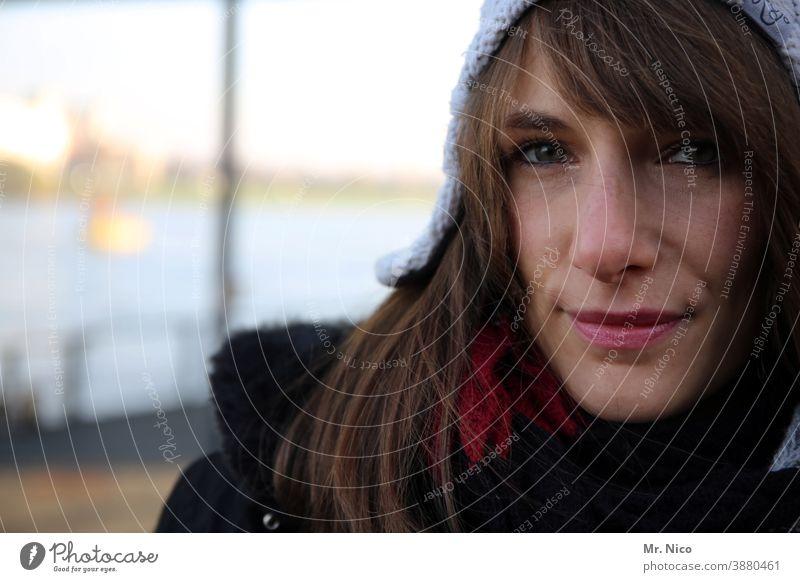 Winterblick feminin Porträt Accessoire Mütze Haare & Frisuren Kopf Kälte Bekleidung natürlich Lifestyle kalt Wollmütze Blick in die Kamera Lächeln Lippen