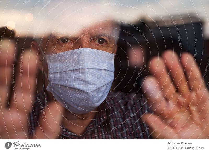 Älterer kaukasischer Mann mit handgefertigter Schutzmaske Anspannung Pflege ansteckend Korona Coronavirus covid-19 Krise tödlich deprimiert Depression Krankheit