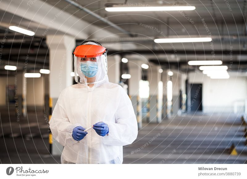 Medizinischer Mitarbeiter im Porträt Persönliche Schutzausrüstung Unterstützung Krankenwagen Hintergrund Biogefährdung Pflege Klinik Textfreiraum Korona