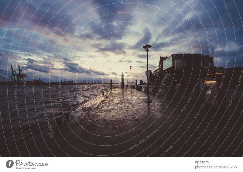 Anleger im Hamburger Hafen / Altona Fischmarkt Fähranleger fischmarkt hvv stimmungsvoll dramatisch Ultraweitwinkel wasser fähre Deutschland dunkel regen