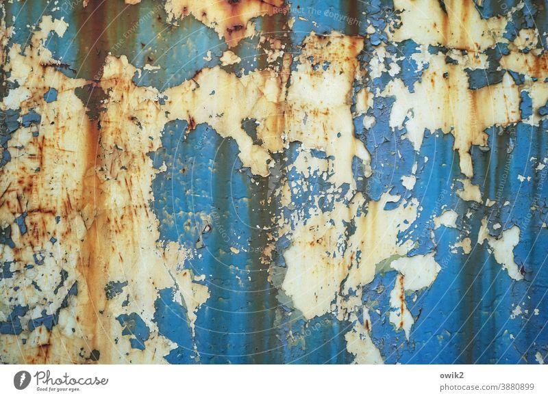 Spröde Metall Rost alt Muster Reste abblättern Zahn der Zeit Nahaufnahme Verfall Spuren Vergänglichkeit Farbe Blech türkis rot orange trist Tür Tor Abnutzung