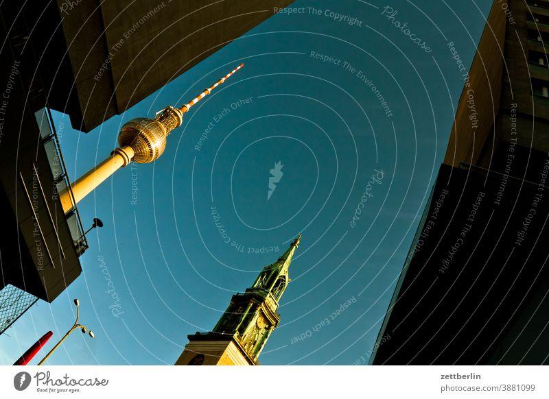Fernsehturm, Marienkirche und anonyme Häuser in der Karl-Liebknecht-Straße alex alexanderplatz architektur berlin büro city deutschland fernsehturm