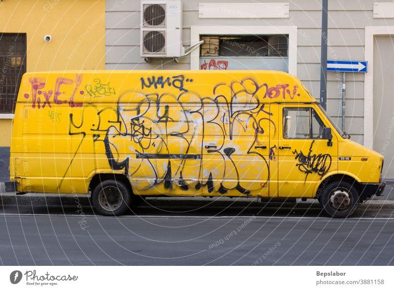 Gelber Lieferwagen mit Graffiti-Tag in der Mailänder Straße Kleintransporter abholen gelb Asphalt Auto Rücken Hintergrund groß blanko Business PKW Ladung Träger