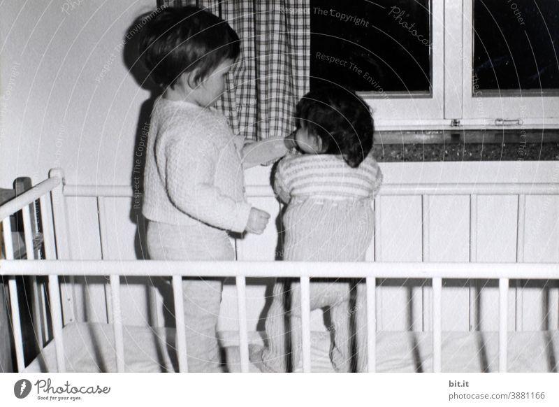 Lass uns beieinander stehen...bittiklein mußte mit 6 Monaten unbedingt stehen... Kind Kindheit trinken Mädchen Mensch Sechziger Jahre 60s lernen Bett Gitter