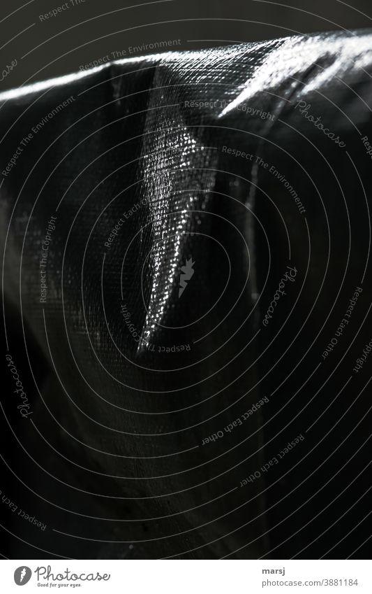 Lichte Momente auf einer Abdeckplane Abdeckung faltenwurf Falte sicherheit Strukturen & Formen Muster verstärkt restlicht textil abstrakt schutz düster