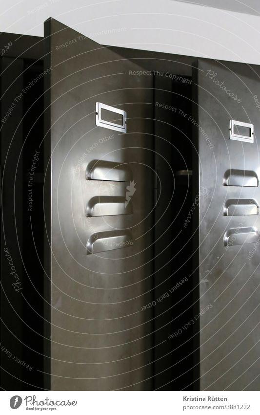 halb geöffnete spindtüren metallspind schrank metallschrank metalltür aufbewahrung umkleide umkleideraum möbel interieur interior schmal robust wohnen