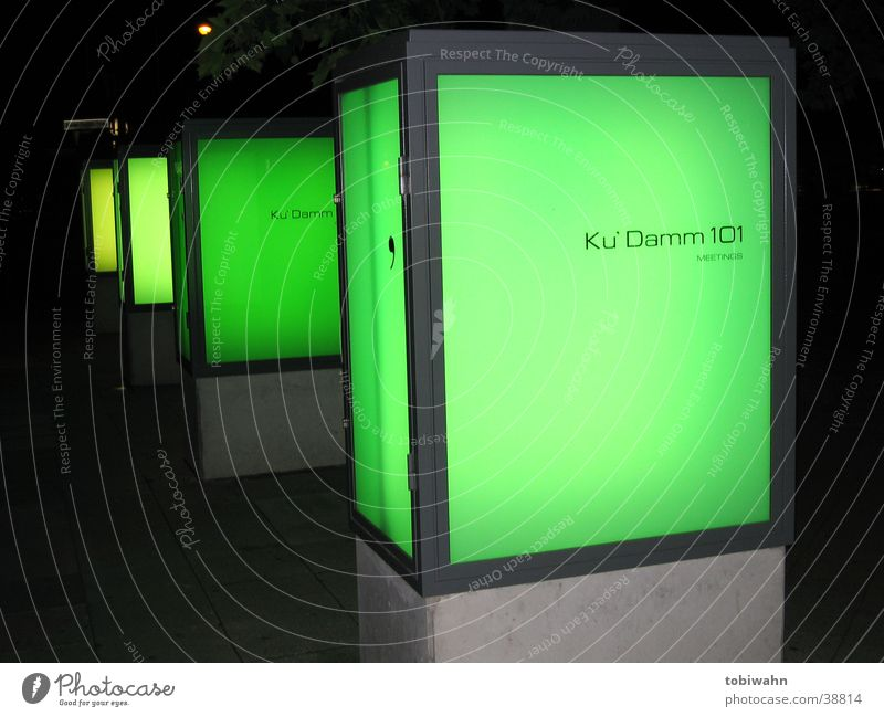 greenmile grün dunkel Beleuchtung Glas Beton obskur Säule