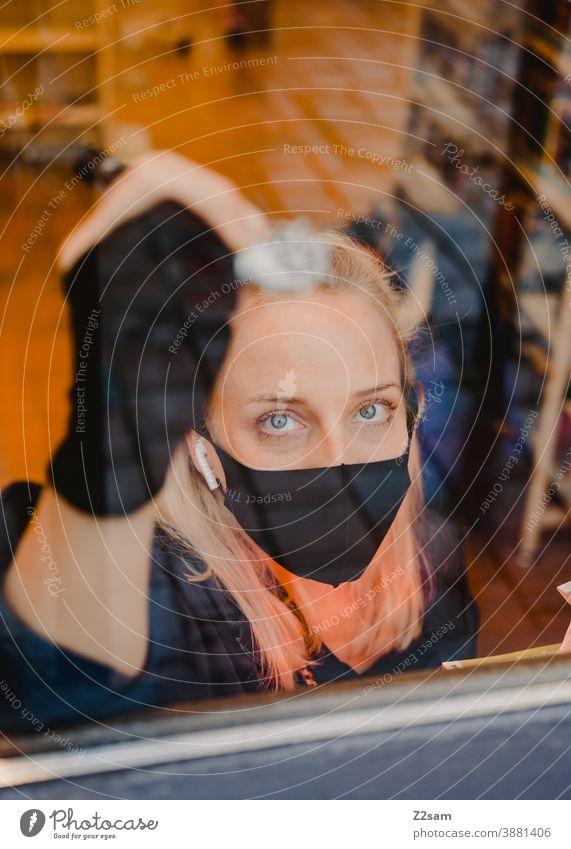 Illustratorin während der Weihnachtsmalerei einer Fensterscheibe Grafik u. Illustration Fenstermalerei malen Schreibstift Schneeflocke Weihnachten Künstler
