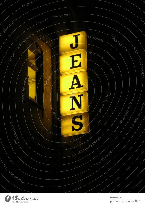 Jeans gelb dunkel Fenster Lampe Bekleidung Jeanshose Schriftzeichen Buchstaben Hinweisschild Hose Werbung Kasten Leiter tragen Baugerüst