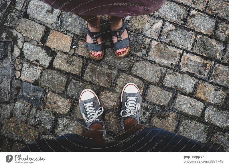 Mann und Frau von oben auf Füße fotografiert Füße hoch Fuß Mensch Außenaufnahme Ferien & Urlaub & Reisen Farbfoto Zehen Schuhe Sandalen Turnschuh Sneaker