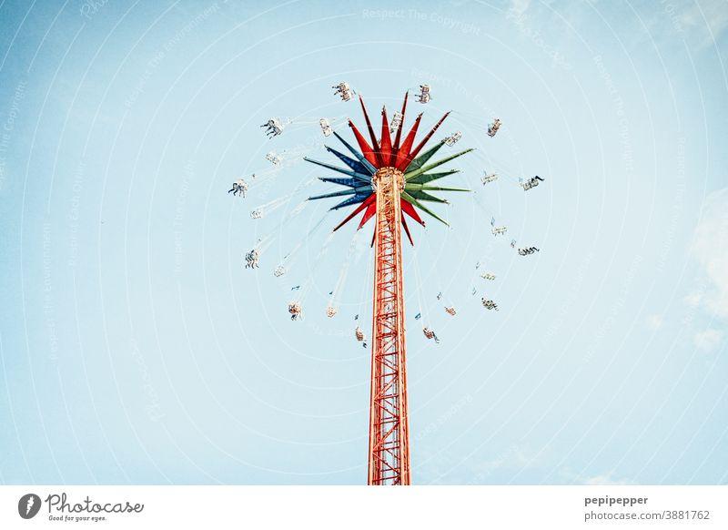 Karussell aus Froschperspektive fotografiert Jahrmarkt Licht Freizeit & Hobby Freude Außenaufnahme drehen Himmel Farbfoto Geschwindigkeit Kettenkarussell