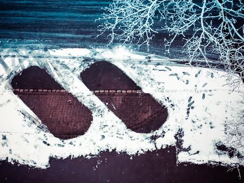 2 weggefahrene Autos auf einem Parkplatz bei leichtem Schnee Winter kalt PKW Straße Außenaufnahme Verkehr Eis Frost Fahrzeug Schneefall Verkehrswege