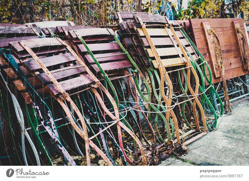 Gastronomie, weggeräumte Klappstühle und Klapptische Menschenleer Einsamkeit Stuhl Farbfoto Außenaufnahme ruhig Möbel Sitzgelegenheit Holz Pause Stuhllehne