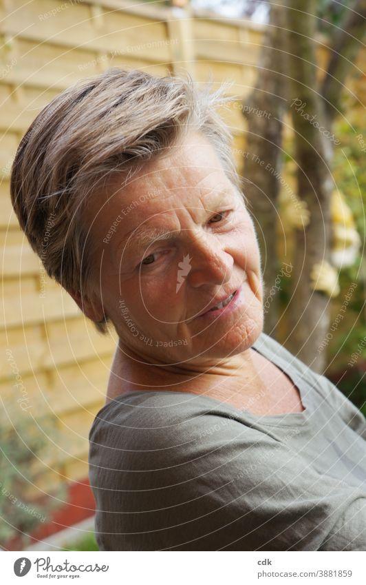 grautöne Frau Porträt Seniorin silber Licht und Schatten nachdenklich neutral grauhaarig weiblich Stil zuhören lauschen