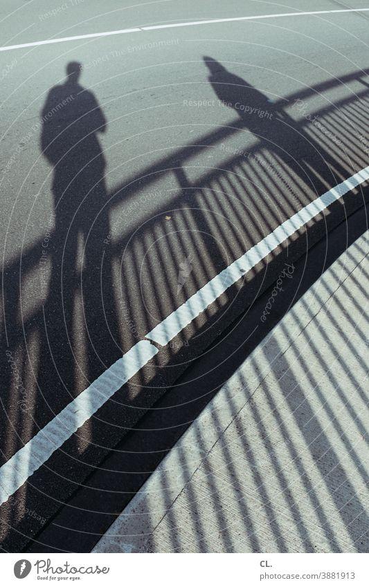 fußgängerzone Fußgänger Straße Schatten Wege & Pfade Menschen Kurve gehweg Verkehrswege Asphalt 2 Straßenverkehr 2 menschen Fahrbahnmarkierung Linie Geländer