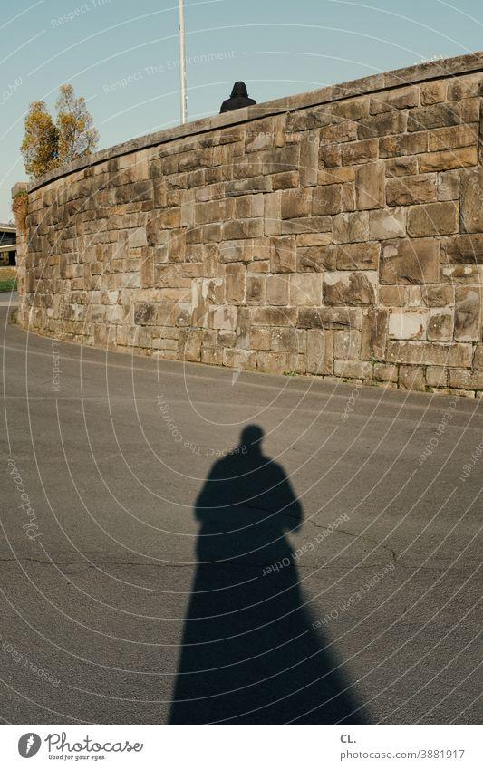 beschattung Person Identität geheimnisvoll verfolgen Schatten Mauer Wege & Pfade Mensch mysteriös 2 Silhouette beschatten beobachten Geheimnis Angst verstecken