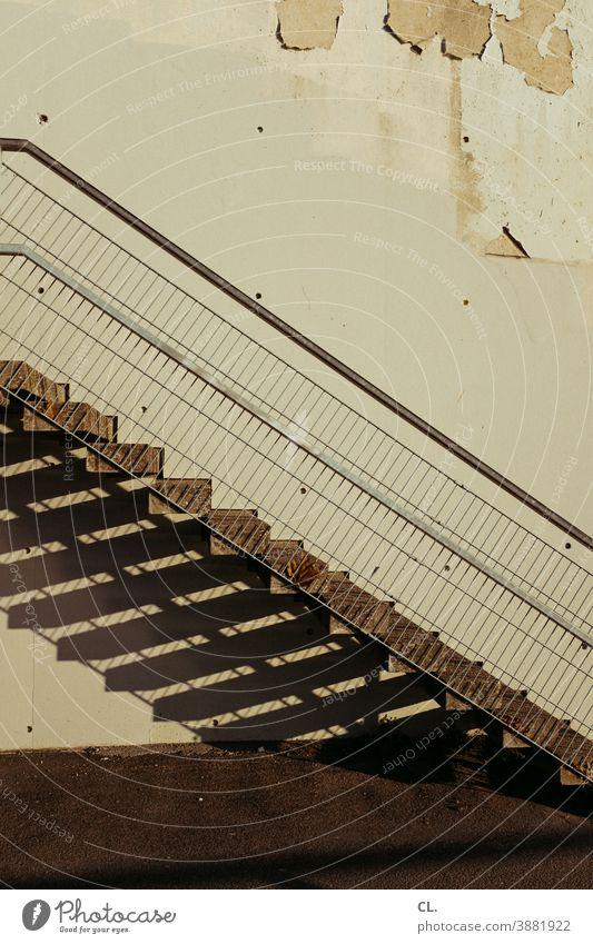 treppe und wand Treppe Wand kaputt Treppengeländer Geländer aufwärts Stufen Architektur Menschenleer abwärts