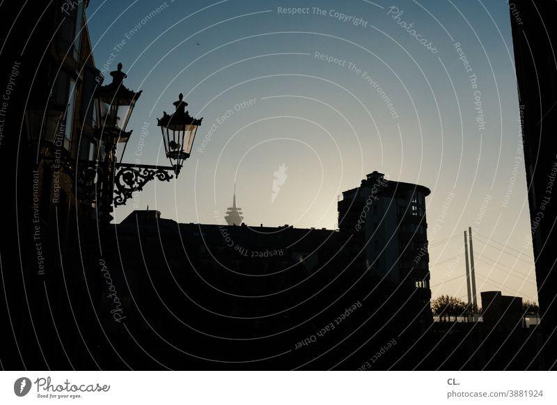 düsseldorf Düsseldorf Rheinturm Laterne Brücke Stadt Abend dunkel Himmel Schönes Wetter Wolkenloser Himmel Wahrzeichen Architektur Menschenleer Sehenswürdigkeit