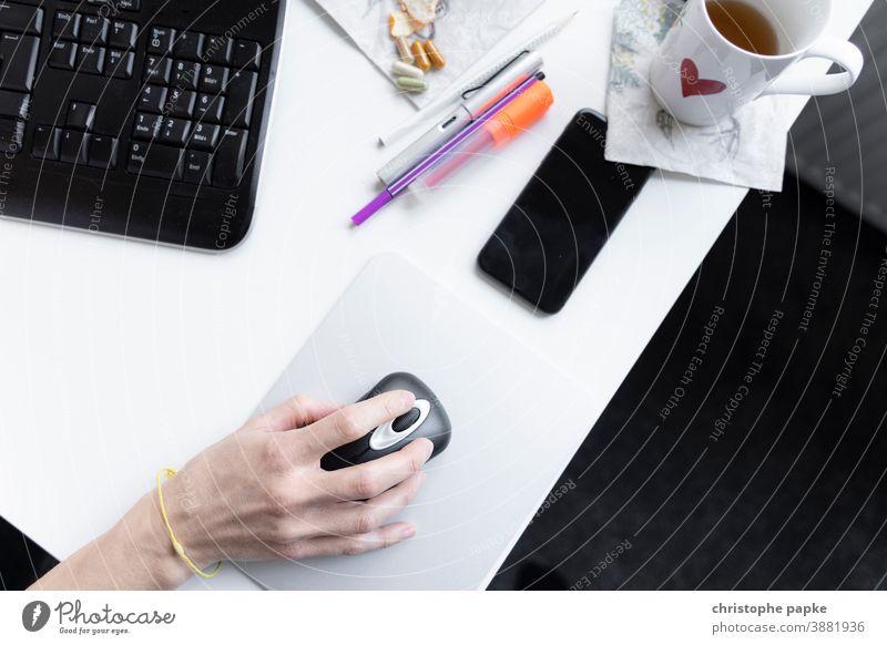 Weibliche Hand mit Maus am Schreibtisch im Home Office Computermaus Tastatur Stifte Handy Arbeitsplatz Büro Arbeit & Erwerbstätigkeit Büroarbeit digital Tasse