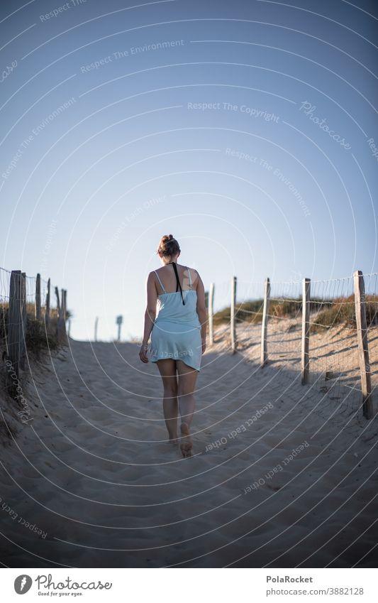 #A0# Strandtag Frankreich verträumt Zukunft Einsamkeit laufen Frau Landschaft Wasser Farbfoto Sand Außenaufnahme Natur Tourismus Idylle Meer