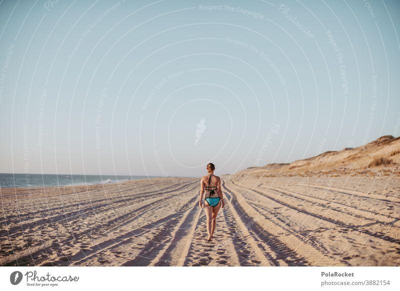 #A0# Strandspaziergang Rücken Bikini Stranddüne laufen Frau Erholung Freiheit weite Weitblick genießen Urlaub Urlaubsstimmung Ferien & Urlaub & Reisen
