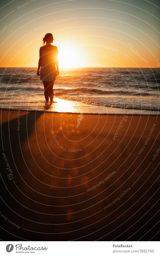 #A0# Strandspaziergang zum Sonnenuntergang Rücken Stranddüne laufen Frau Erholung Freiheit weite Weitblick genießen Urlaub Urlaubsstimmung