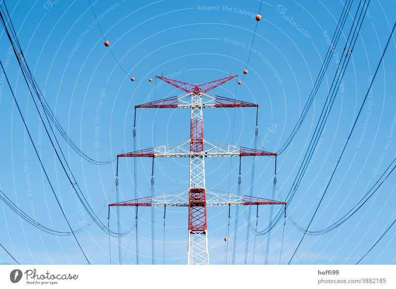 rot weißer Hochspannungsmast vor klarem blauem Himmel Strommast Hochspannungsleitung Leitung Energiewirtschaft Oberleitung Elektrizität Stromtransport Drahtseil